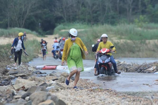 Lội nước chúc Tết giữa lòng thành phố Quảng Ngãi - ảnh 4
