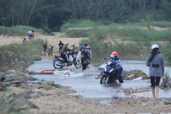 Lội nước chúc Tết giữa lòng thành phố Quảng Ngãi - ảnh 5