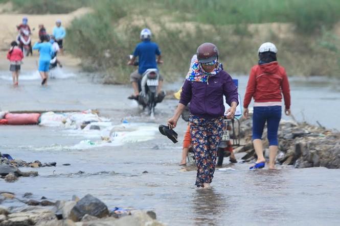 Lội nước chúc Tết giữa lòng thành phố Quảng Ngãi - ảnh 9