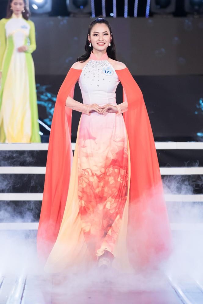 Thí sinh chung khảo phía Bắc Miss World VN khoe đường cong quyến rũ với áo dài - ảnh 13