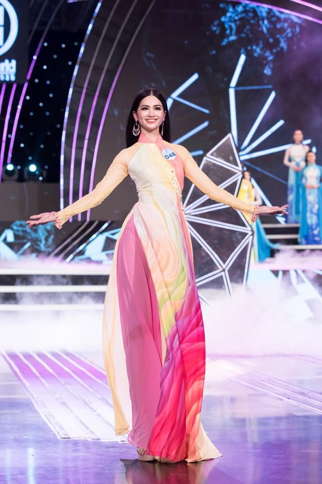 Thí sinh chung khảo phía Bắc Miss World VN khoe đường cong quyến rũ với áo dài - ảnh 2