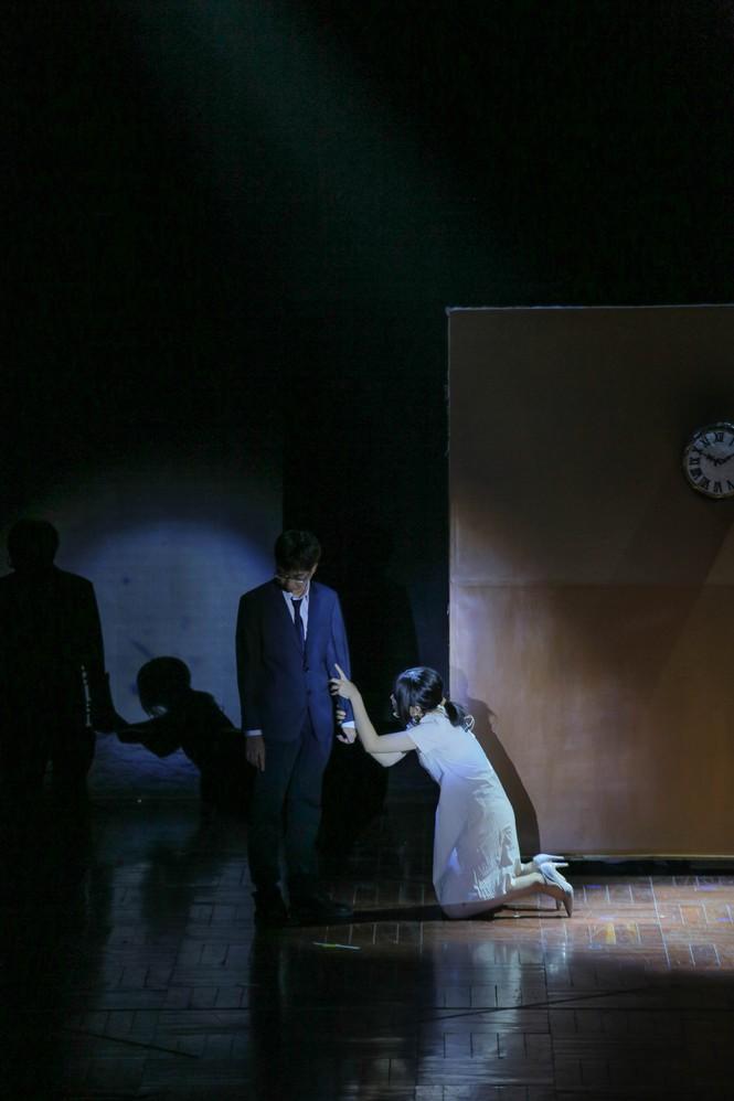 Lạc giữa hai thế giới thực và ảo với vở nhạc kịch English Performance  - ảnh 3
