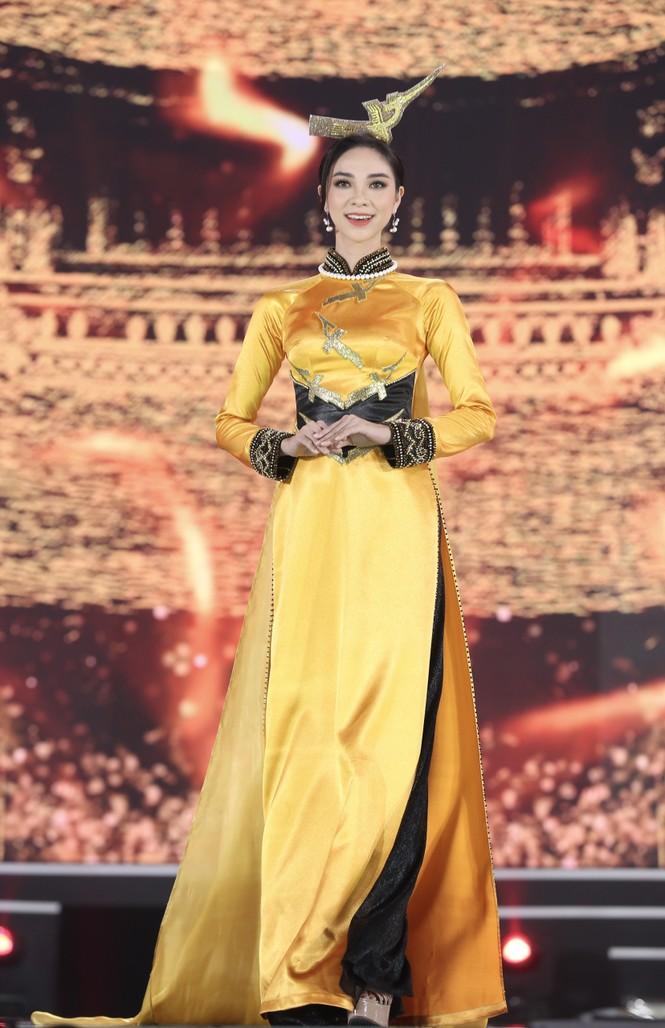 Top 35 khoe đường cong thể hình với áo dài tại Chung kết Hoa hậu Việt Nam 2020 - ảnh 7