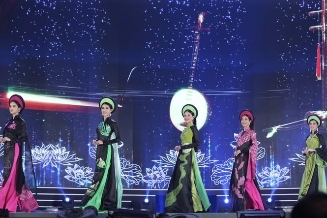 Top 35 khoe đường cong thể hình với áo dài tại Chung kết Hoa hậu Việt Nam 2020 - ảnh 11