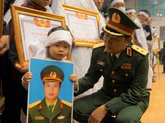 Rưng rưng lễ tang 22 chiến sĩ hy sinh tại Quảng Trị - ảnh 30