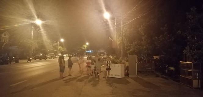 """Hàng trăm người dân Hà Tĩnh hối hả dọn đồ """"trốn lửa"""" trong đêm - ảnh 2"""