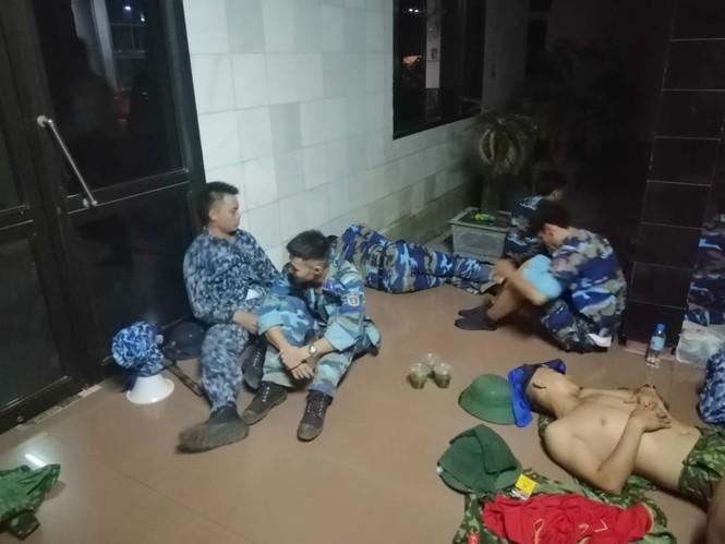 """Hàng trăm người dân Hà Tĩnh hối hả dọn đồ """"trốn lửa"""" trong đêm - ảnh 8"""