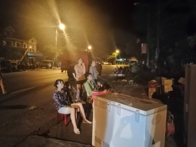 """Hàng trăm người dân Hà Tĩnh hối hả dọn đồ """"trốn lửa"""" trong đêm - ảnh 3"""