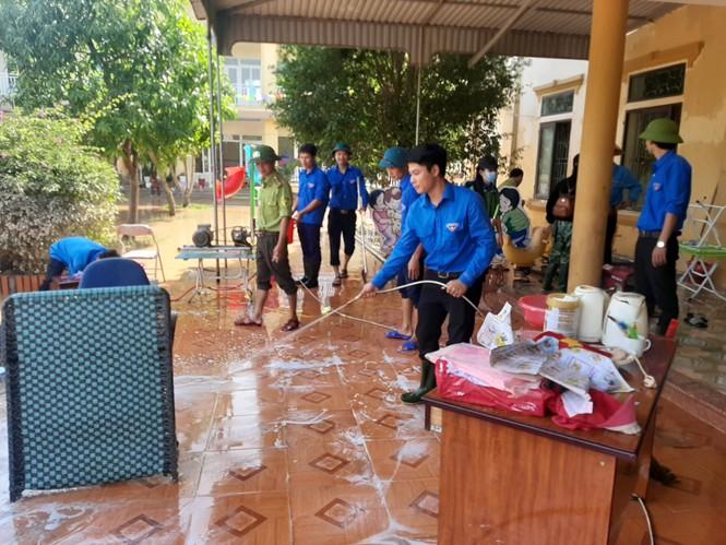 Áo xanh thanh niên hỗ trợ người dân khắc phục vệ sinh sau lũ - ảnh 9