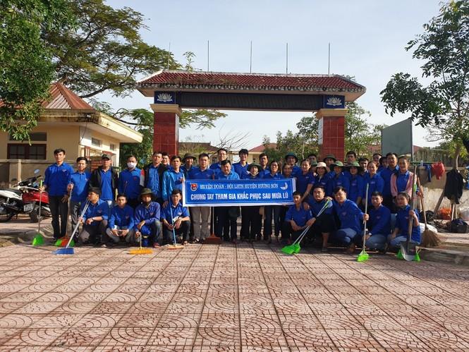 Áo xanh thanh niên hỗ trợ người dân khắc phục vệ sinh sau lũ - ảnh 3