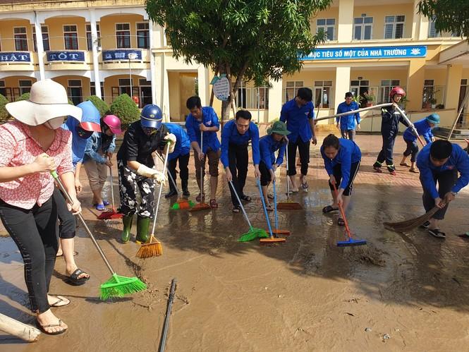 Áo xanh thanh niên hỗ trợ người dân khắc phục vệ sinh sau lũ - ảnh 2