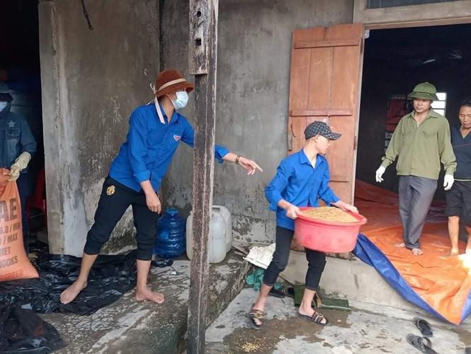 Áo xanh thanh niên hỗ trợ người dân khắc phục vệ sinh sau lũ - ảnh 8
