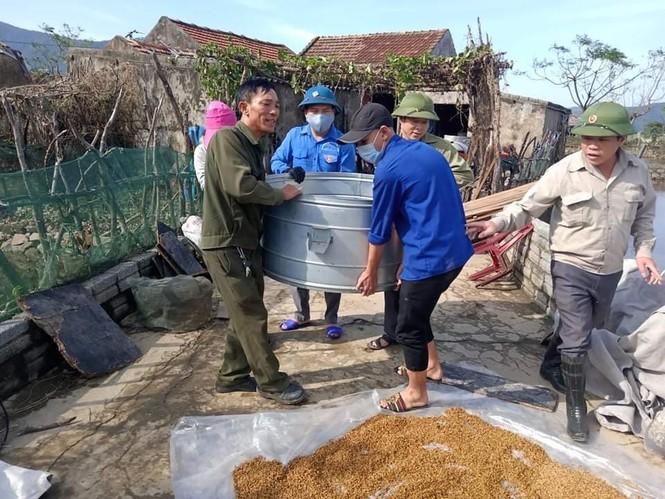 Áo xanh thanh niên hỗ trợ người dân khắc phục vệ sinh sau lũ - ảnh 7