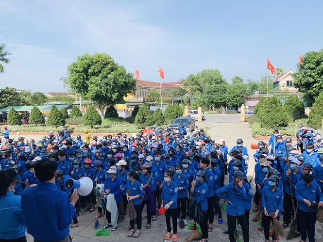 Áo xanh thanh niên hỗ trợ người dân khắc phục vệ sinh sau lũ - ảnh 1