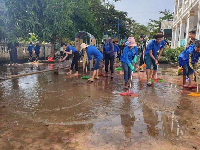 Áo xanh thanh niên hỗ trợ người dân khắc phục vệ sinh sau lũ - ảnh 5