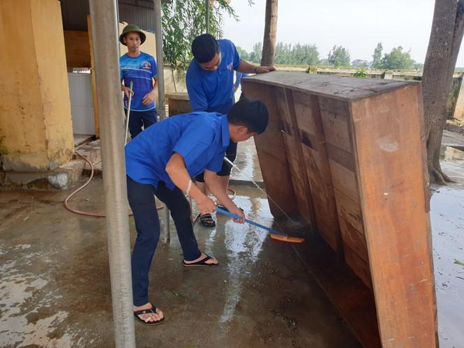 Áo xanh thanh niên hỗ trợ người dân khắc phục vệ sinh sau lũ - ảnh 6