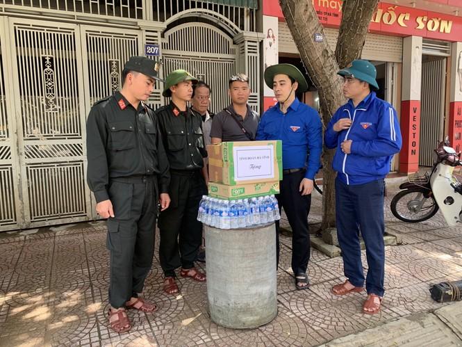 Áo xanh thanh niên hỗ trợ người dân khắc phục vệ sinh sau lũ - ảnh 13