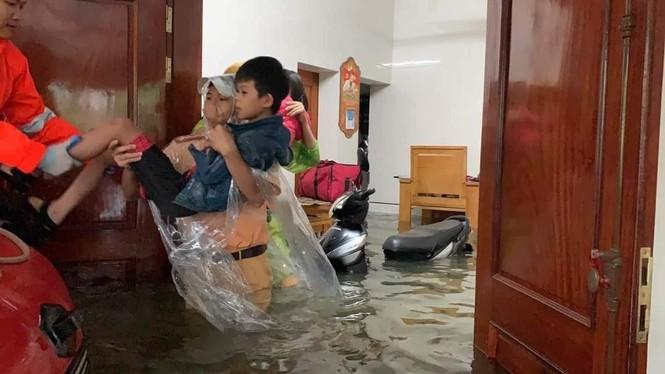 Giải cứu người dân bị mắc kẹt trong biển nước - ảnh 2
