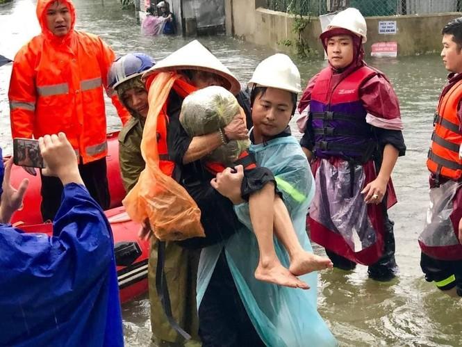 Giải cứu người dân bị mắc kẹt trong biển nước - ảnh 4