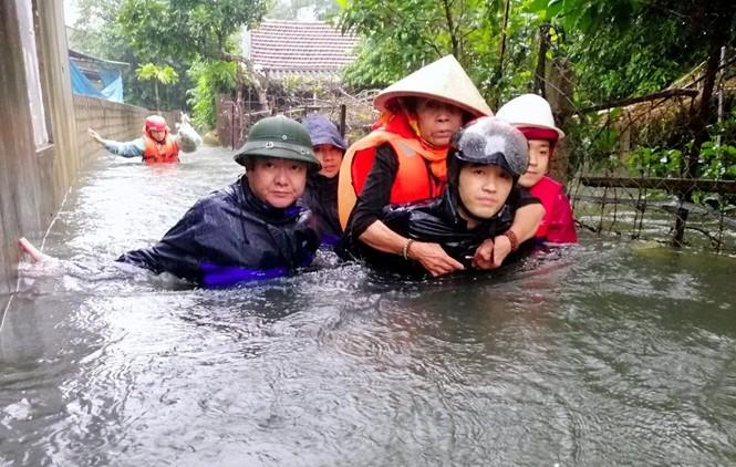 Giải cứu người dân bị mắc kẹt trong biển nước - ảnh 3