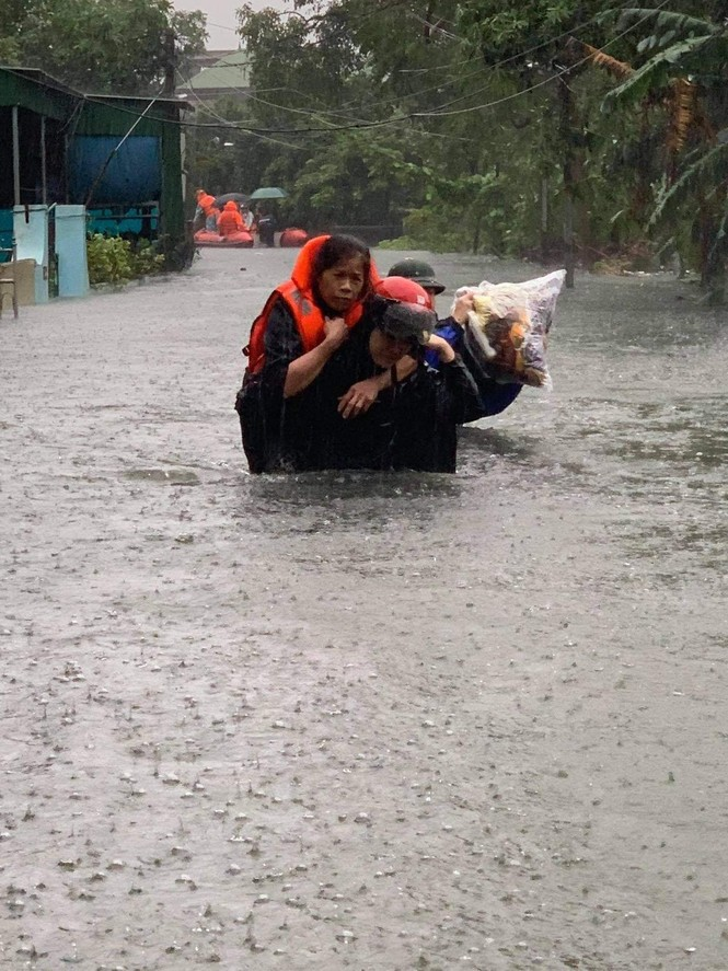 Giải cứu người dân bị mắc kẹt trong biển nước - ảnh 8