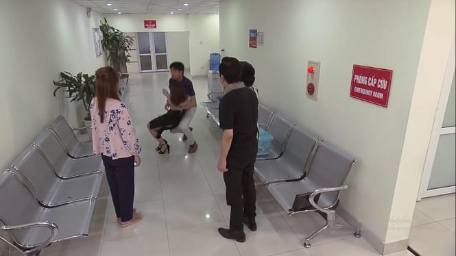 Về nhà đi con tập 64: Vũ bị vợ và bố mẹ bắt gặp đưa kẻ thứ ba đến bệnh viện - ảnh 2