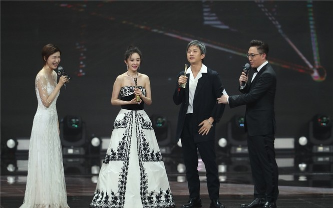 'Nữ hoàng Weibo' Dương Mịch mặc gợi cảm, đọ sắc Angelababy - ảnh 5