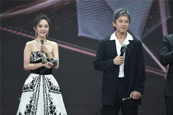 'Nữ hoàng Weibo' Dương Mịch mặc gợi cảm, đọ sắc Angelababy - ảnh 4