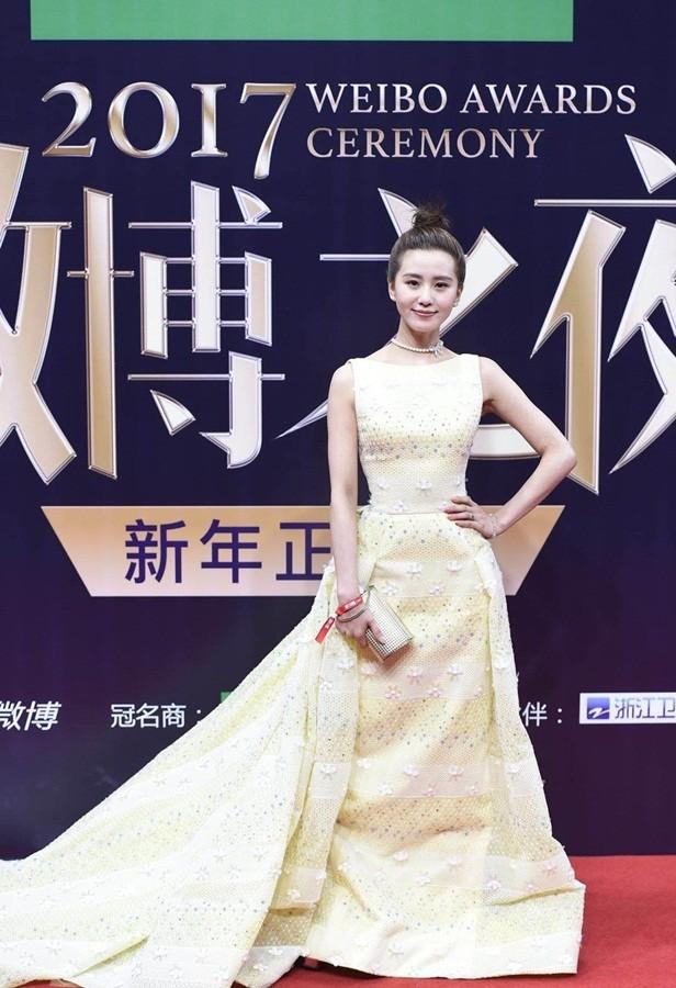 'Nữ hoàng Weibo' Dương Mịch mặc gợi cảm, đọ sắc Angelababy - ảnh 11