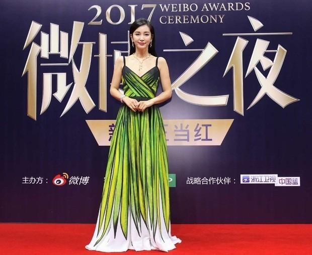 'Nữ hoàng Weibo' Dương Mịch mặc gợi cảm, đọ sắc Angelababy - ảnh 8