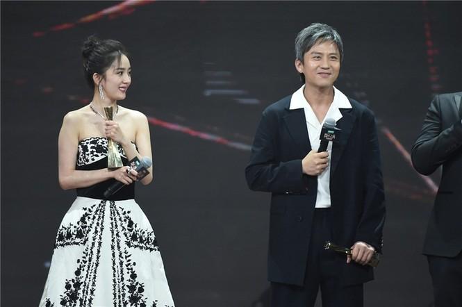 'Nữ hoàng Weibo' Dương Mịch mặc gợi cảm, đọ sắc Angelababy - ảnh 3