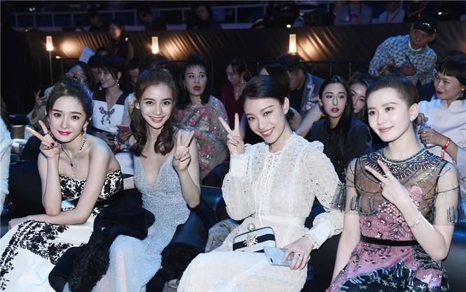 'Nữ hoàng Weibo' Dương Mịch mặc gợi cảm, đọ sắc Angelababy - ảnh 1