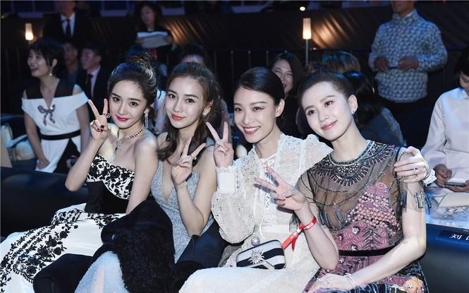 'Nữ hoàng Weibo' Dương Mịch mặc gợi cảm, đọ sắc Angelababy - ảnh 2