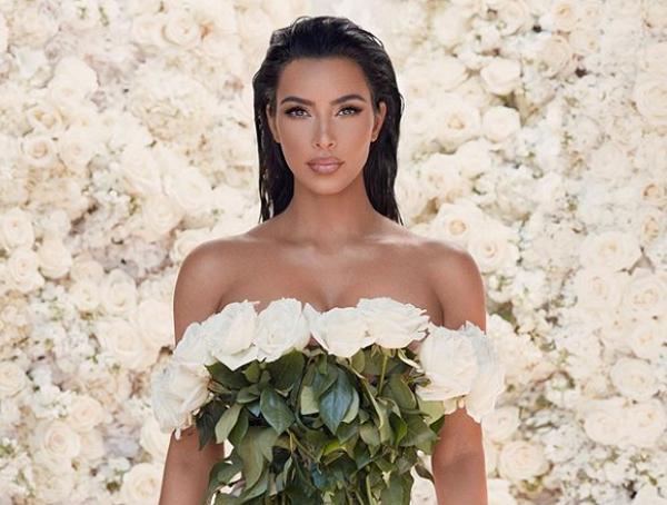 Kim Kardashian 'o ép vòng một', quyến rũ với đường cong tròn đầy - ảnh 13