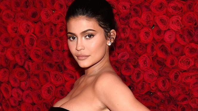 Cô út tỉ phú siêu gợi cảm nhà Kardashian lộ mặt mộc ra phố - ảnh 7