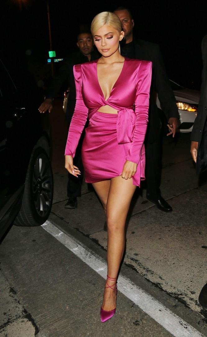 Cô út tỉ phú siêu gợi cảm nhà Kardashian lộ mặt mộc ra phố - ảnh 12