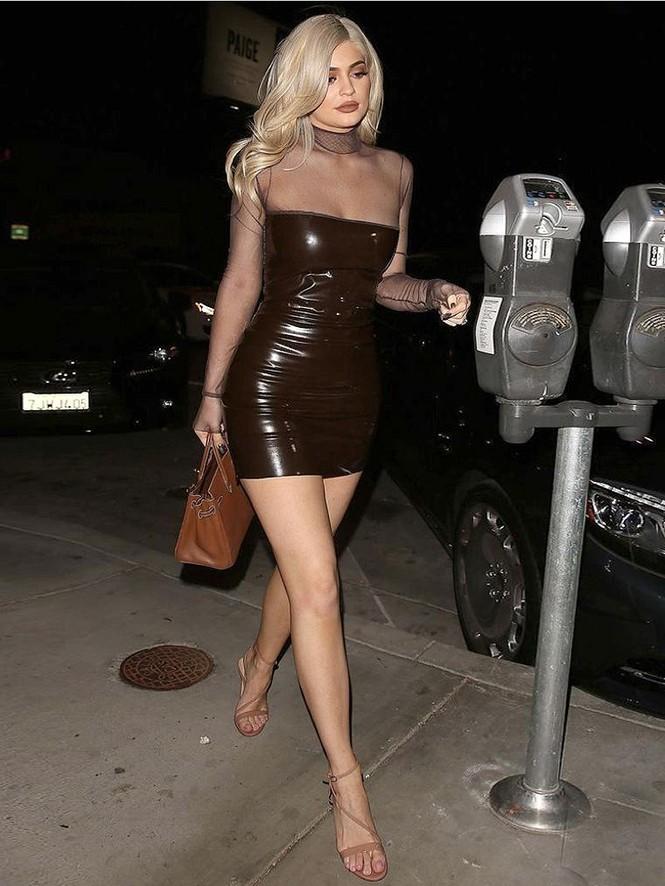 Cô út tỉ phú siêu gợi cảm nhà Kardashian lộ mặt mộc ra phố - ảnh 11