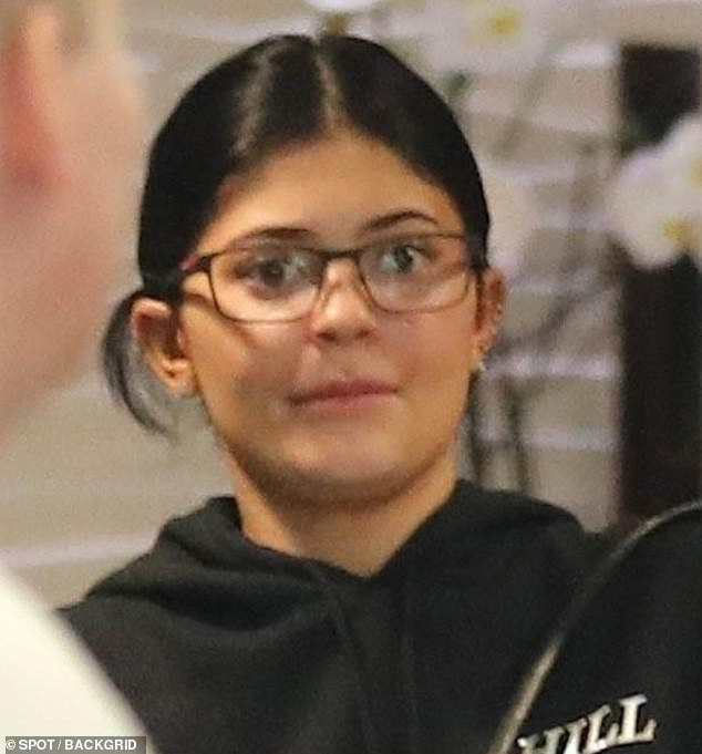 Cô út tỉ phú siêu gợi cảm nhà Kardashian lộ mặt mộc ra phố - ảnh 3