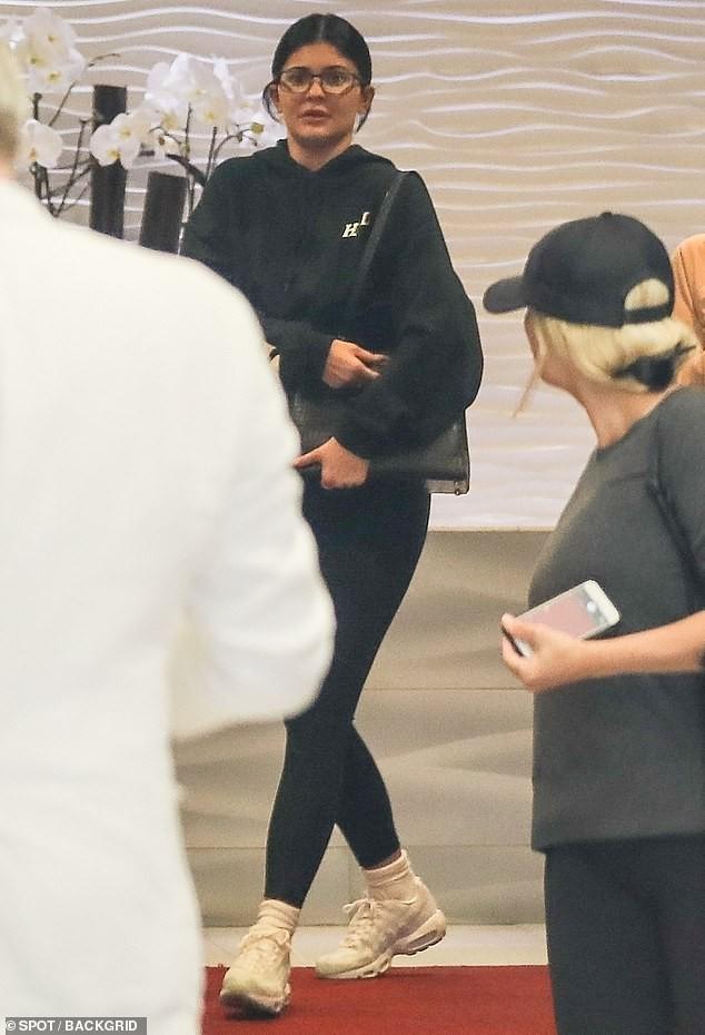 Cô út tỉ phú siêu gợi cảm nhà Kardashian lộ mặt mộc ra phố - ảnh 1