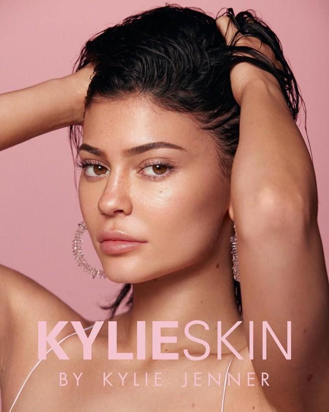 Cô út tỉ phú siêu gợi cảm nhà Kardashian lộ mặt mộc ra phố - ảnh 9