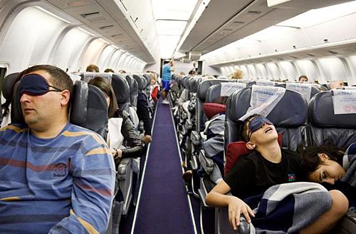 Vì sao có người tỉnh như sáo, người ngủ li bì trên máy bay? - ảnh 1