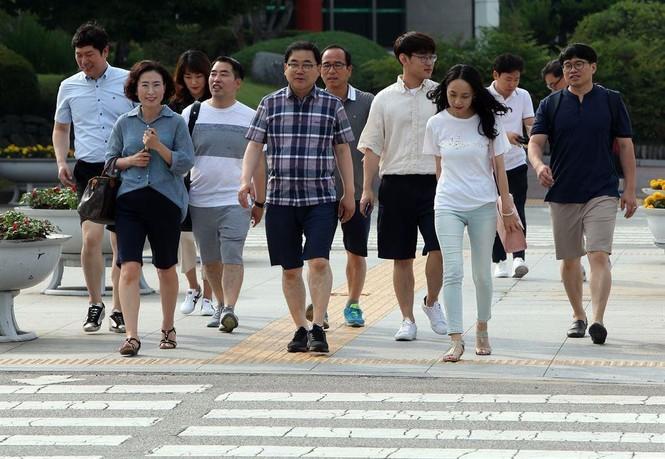 Thời tiết quá nóng, nam giới Hàn Quốc mặc quần short, mang dép đi làm - ảnh 1