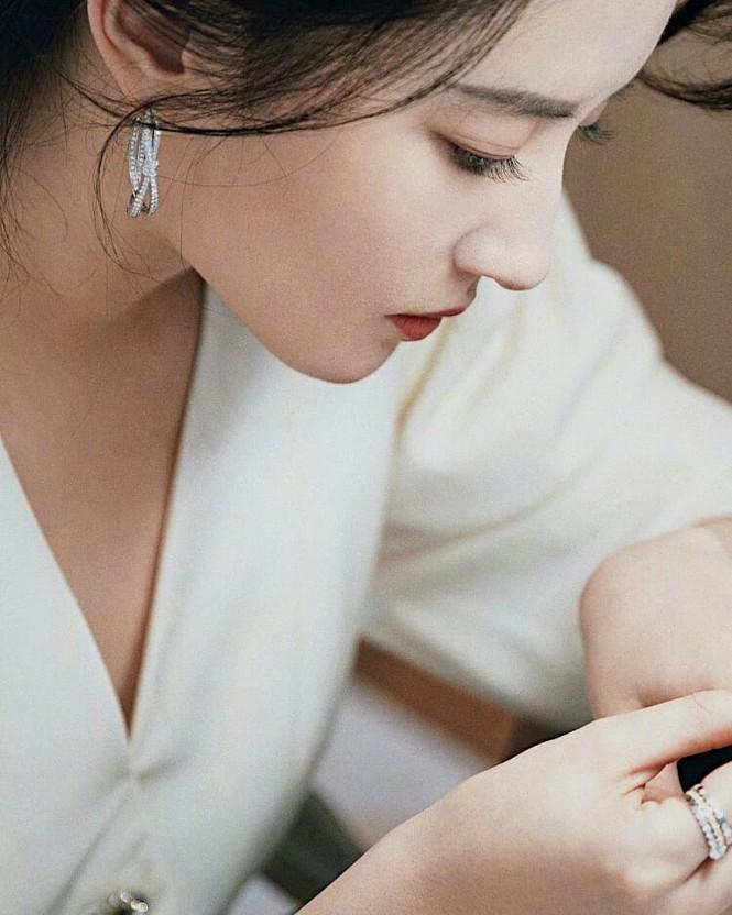 Lưu Diệc Phi 'đốn tim' fan bởi nhan sắc trong veo nền nã - ảnh 6