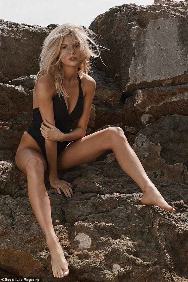 Người mẫu 9x Charlotte McKinney tạo dáng tựa nữ thần - ảnh 1