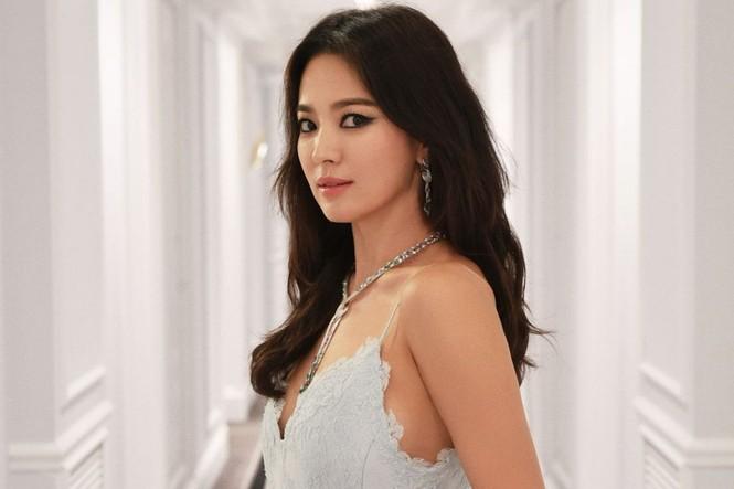Song Hye Kyo mặt mộc, diện váy quây gợi cảm đi chợ đêm ở Pháp - ảnh 9