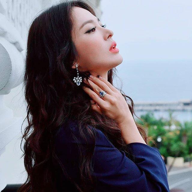 Song Hye Kyo mặt mộc, diện váy quây gợi cảm đi chợ đêm ở Pháp - ảnh 12