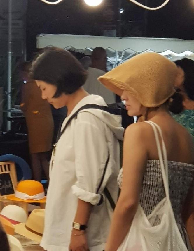 Song Hye Kyo mặt mộc, diện váy quây gợi cảm đi chợ đêm ở Pháp - ảnh 4