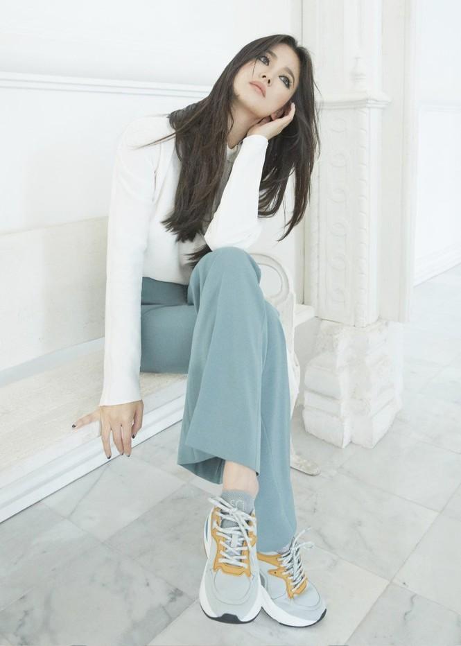 Song Hye Kyo mặt mộc, diện váy quây gợi cảm đi chợ đêm ở Pháp - ảnh 8