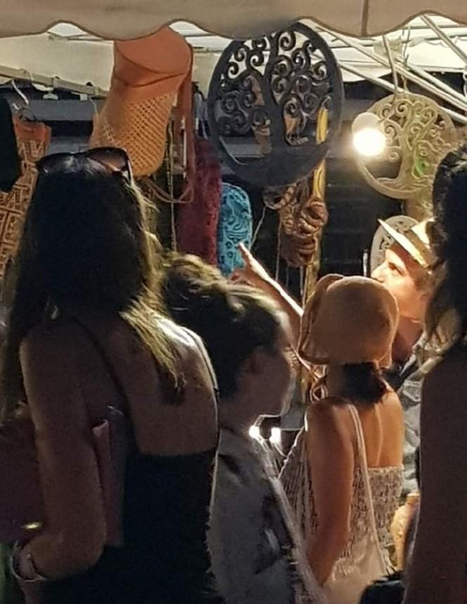 Song Hye Kyo mặt mộc, diện váy quây gợi cảm đi chợ đêm ở Pháp - ảnh 5