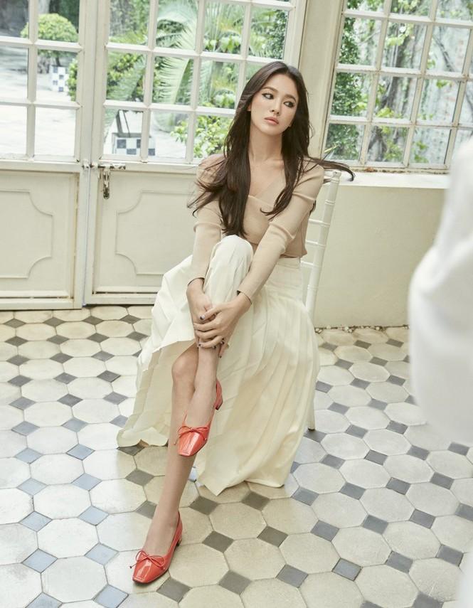 Song Hye Kyo mặt mộc, diện váy quây gợi cảm đi chợ đêm ở Pháp - ảnh 7